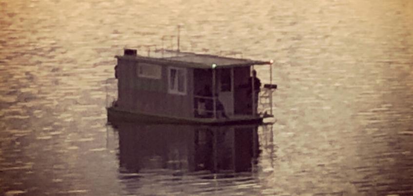 Плавающий дом появился на Ижевском пруду