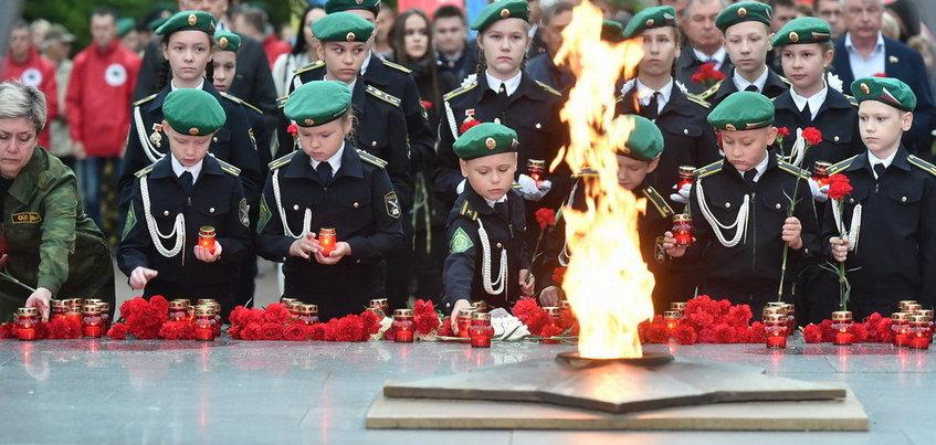 Цветы возложили к Вечному огню в Ижевске в честь Дня памяти и скорби