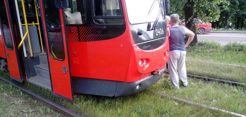 Трамвай сошел с путей на улице Кирова в Ижевске
