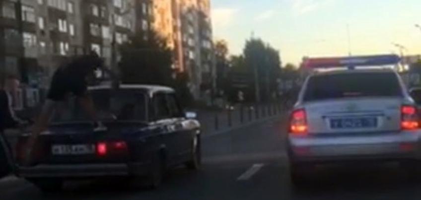 В Ижевске задержали автомобиль с пассажирами на крыше