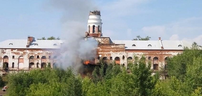Шпиль башни «Ижмаша» обрушился во время пожара в Ижевске