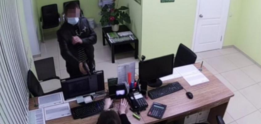 Мужчина ограбил три офиса микрофинансовых организаций в Ижевске