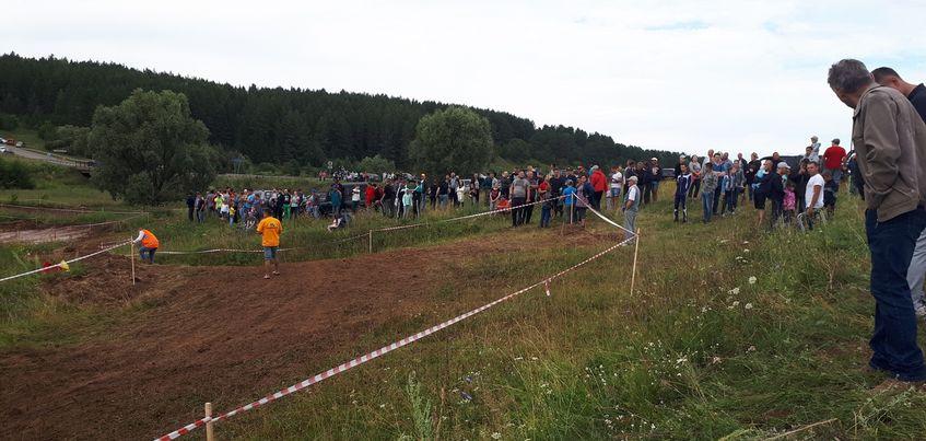 В Удмуртии гоночный автомобиль выехал с трассы на зрителей