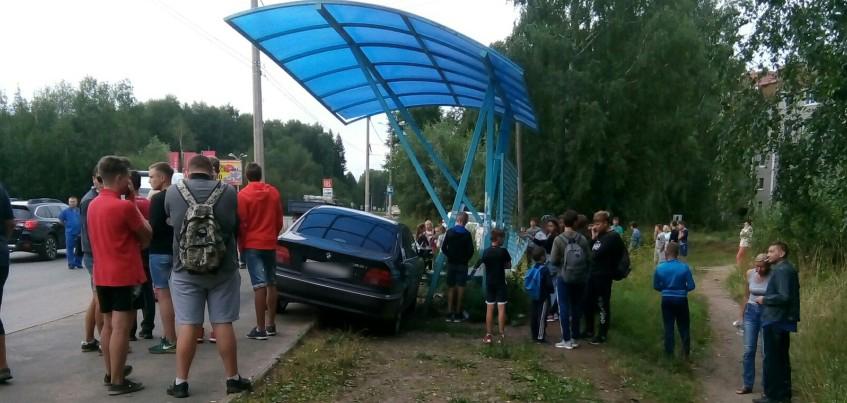 Несколько человек пострадали в Ижевске из-за въехавшей в остановку иномарки
