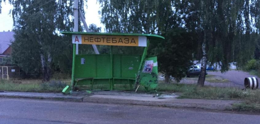 Toyota врезалась в автобусную остановку в Удмуртии