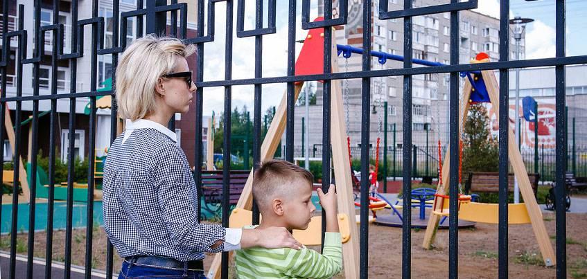 Дети нашего двора: как отремонтировать детскую площадку в Ижевске и можно ли ее огородить забором?