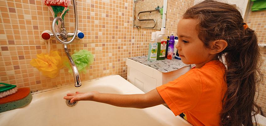 Закаливали детей и мыли голову в парикмахерских: как жители Ижевска обходятся без горячей воды летом