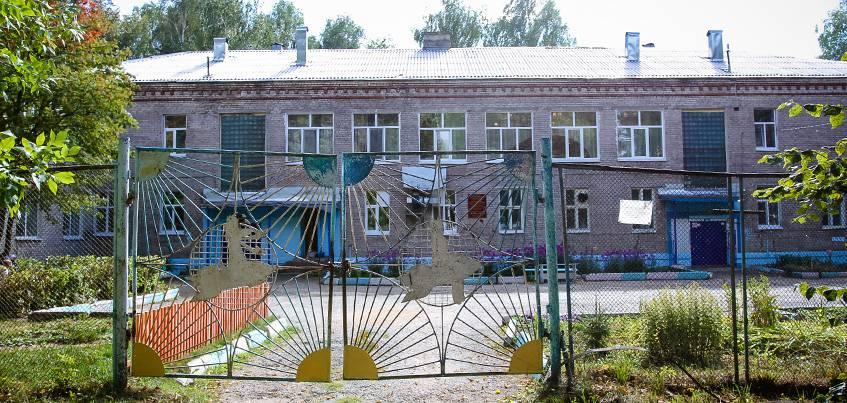 Небезопасное соседство: из-за аварийного столба в детском саду Ижевска закрыли игровые площадки