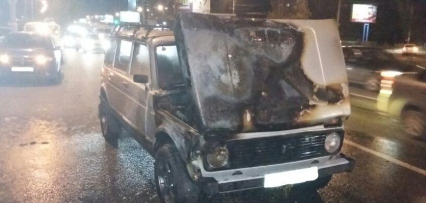 Легковушка загорелась на перекрестке улиц Ленина – Молодежной в Ижевске
