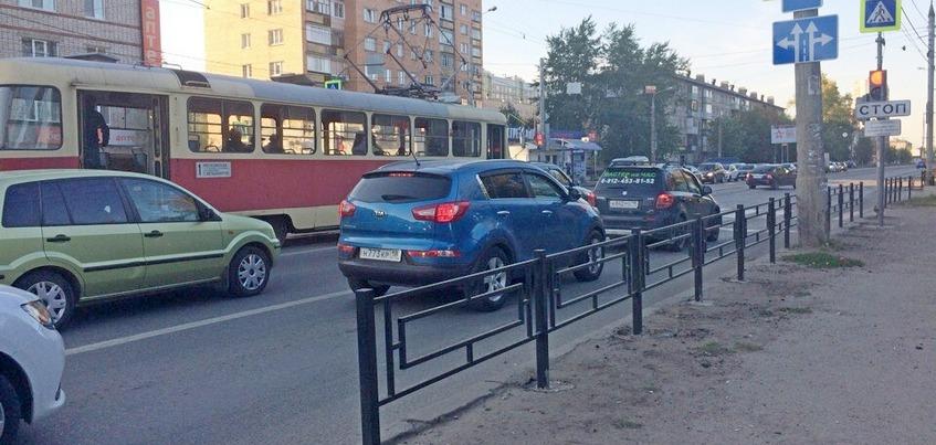 Неудобство и безопасность: почему перекрыли выход к трамвайной остановке на улице Гагарина в Ижевске?