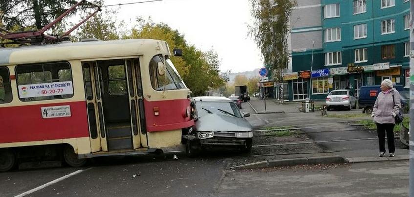 Фотофакт: трамвай протаранил автомобиль в городке Металлургов в Ижевске