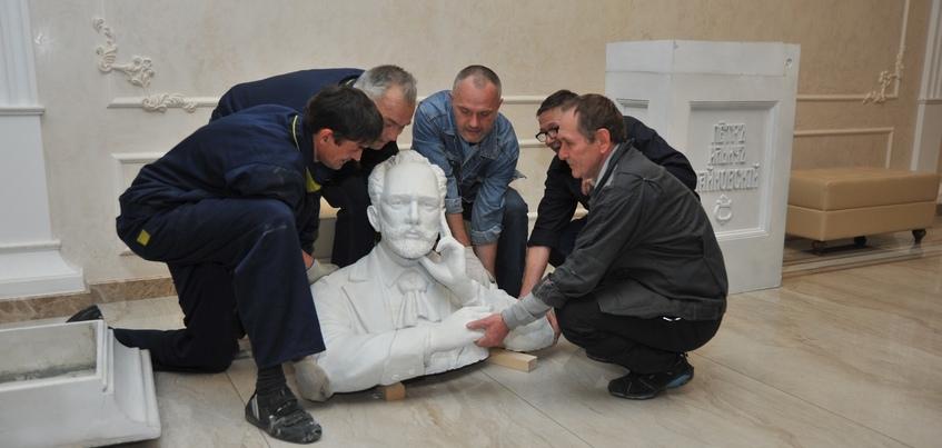 Фотофакт: в театре оперы и балета Удмуртии установили бюст Чайковского