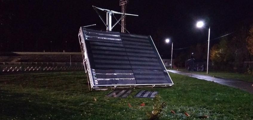 Ветер повалил табло на стадионе в Удмуртии