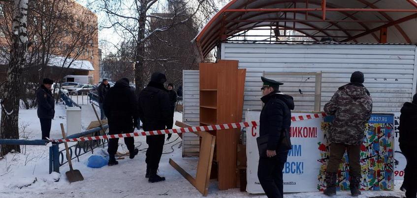 Ларек на остановке по улице Сабурова снесли в Ижевске