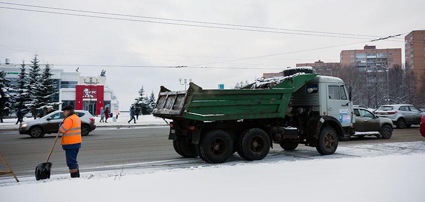 Зима в Ижевске: первые новогодние елки и 8-балльные пробки
