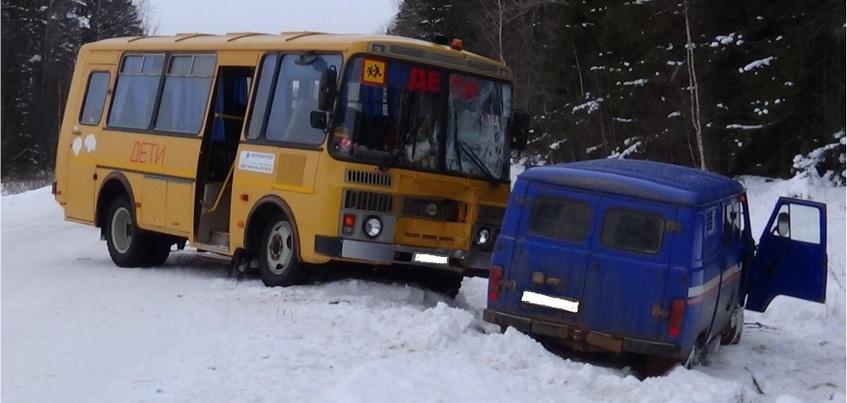 Три человека пострадали в столкновении УАЗа и школьного автобуса