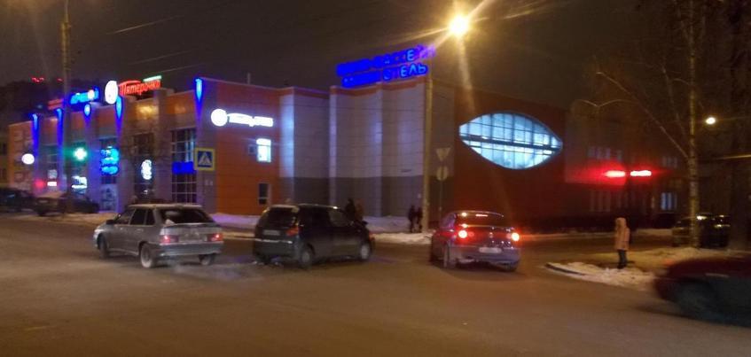 Три человека пострадали в ДТП на перекрестке в Ижевске