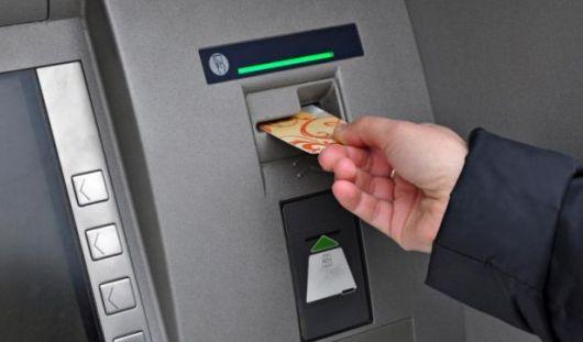 В Удмуртии сотрудник ДПС на месте аварии нашел банковскую карту и снял с нее деньги