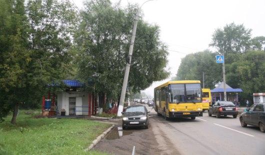 В Ижевске на улице Гагарина наклонился столб