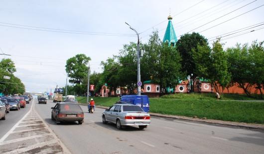 В Ижевске около Троицкой церкви восстанавливают газон после потопа