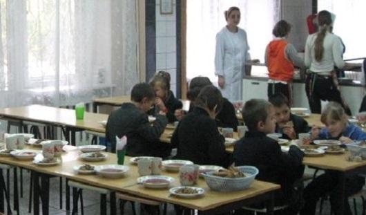 Заведующую столовой в Удмуртии, в которой отравились 33 школьника, оштрафовали