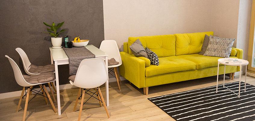 Квартира недели: белая кухня и желтый диван