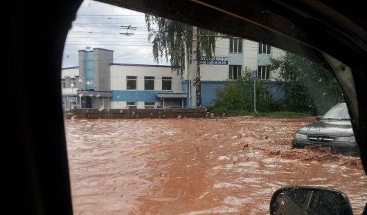 Гроза в Ижевске: затопило улицы и дерево упало на автомобиль