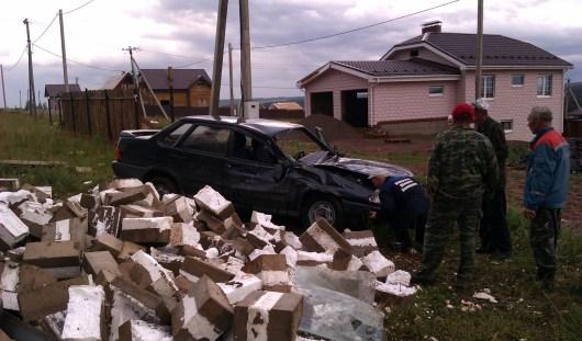 В Удмуртии из-за непогоды раздавило автомобиль