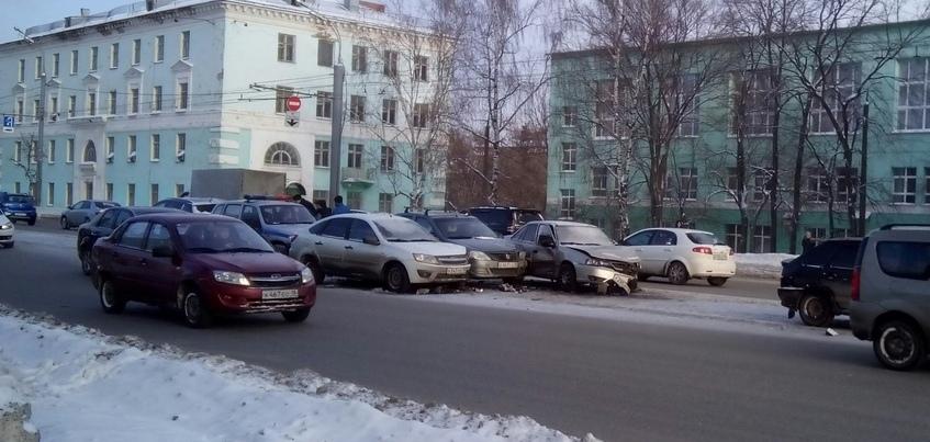 Три машины столкнулись на ул. Удмуртской в Ижевске