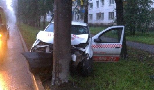 В Ижевске на улице Фруктовой таксист не справился с управлением и врезался в фонарный столб