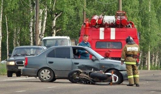 В Ижевске на Воткинском шоссе столкнулись мотоцикл «Хонда» и авто «Хендай Акцент»