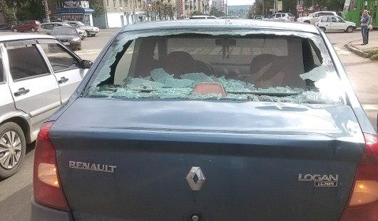 В Ижевске мужчина разбил кирпичом заднее стекло «Рено Логан»