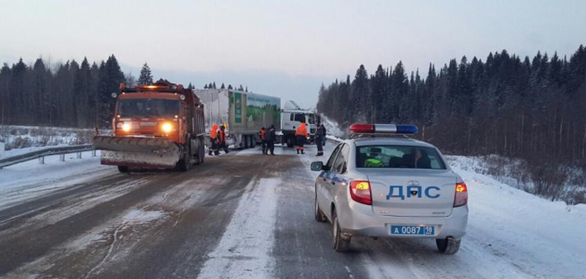 В Удмуртии на дороге занесло тяжелый грузовик