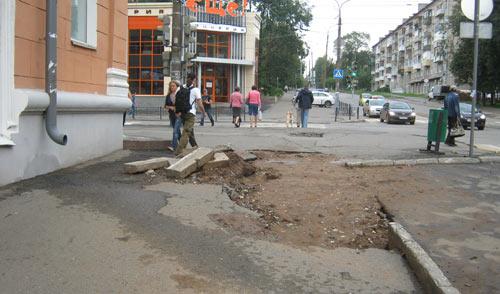 Тротуар для пешеходов в центре Ижевска не отремонтировали после июльских ливней