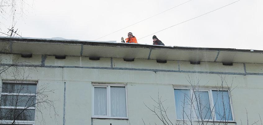 Снежный вопрос: кто должен чистить снег во дворе и с крыш домов в Ижевске?