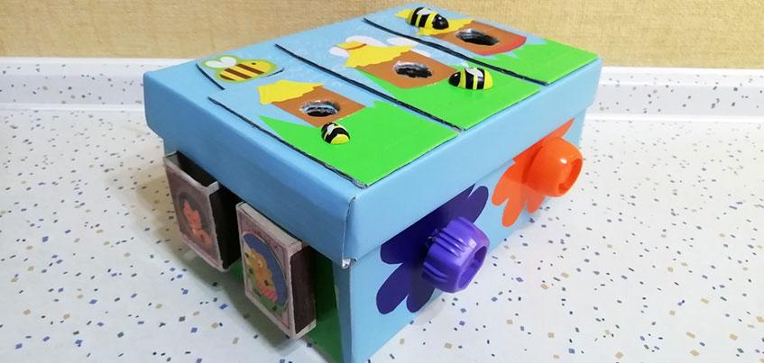Делаем развивающую игрушку для ребенка из бесполезных вещей