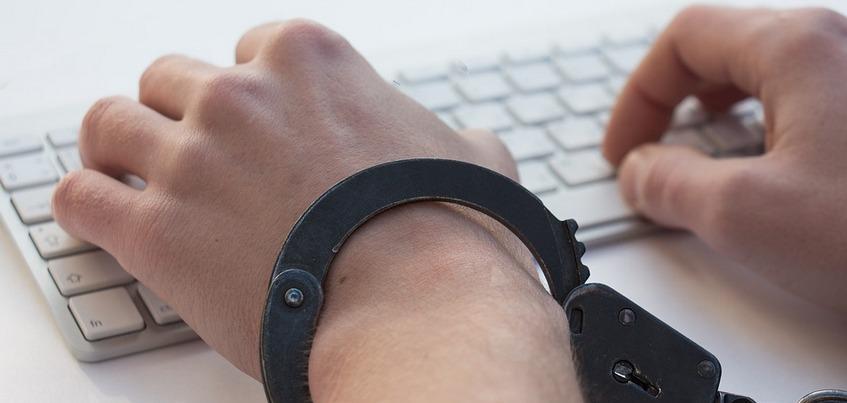 Жителя Ижевска обвиняют в рассылке интимных фото 11-летней девочки