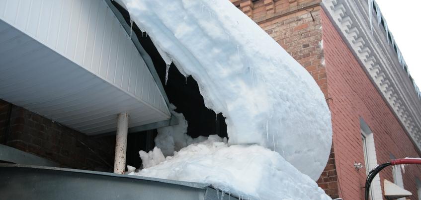 Женщина попала в больницу из-за схода снега с крыши в Ижевске