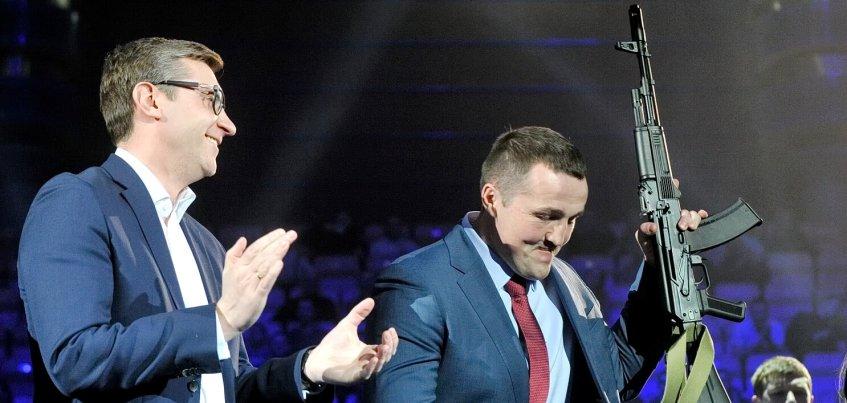Чемпиону мира по боксу Денису Лебедеву вручили в Ижевске копию автомата Калашникова