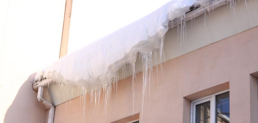 Уголовное дело возбудили в Ижевске после гибели рабочего из-за схода снега