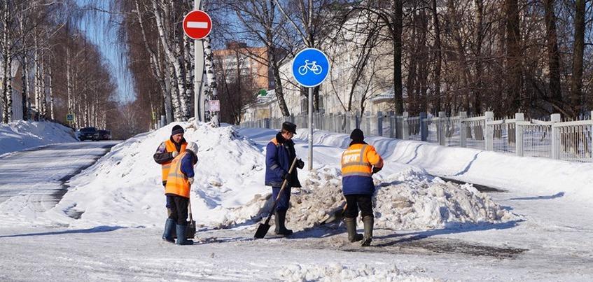 Свыше 1000 дворников убирают снег и наледь во дворах Ижевска