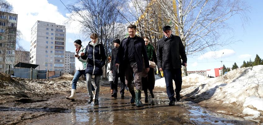 Глава Ижевска Олег Бекмеметьев в резиновых сапогах проверил глубину луж