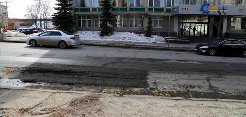 Провал асфальта ликвидировали на ул. Советской в Ижевске