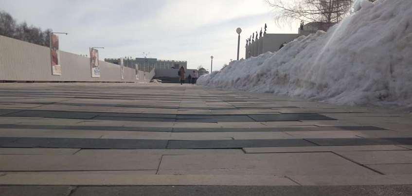 Премьер Удмуртии прокомментировал дефекты на новой плитке Центральной площади Ижевска