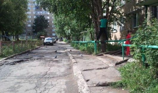Слово «Черт» написали неизвестные на одной из машин за неправильную парковку в Ижевске