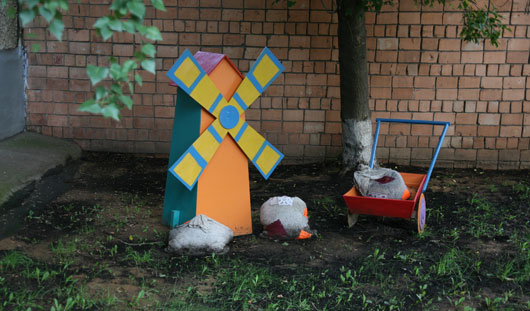Красивые дворы Ижевска: пруд с карасями, Емеля на печи и герои сказок