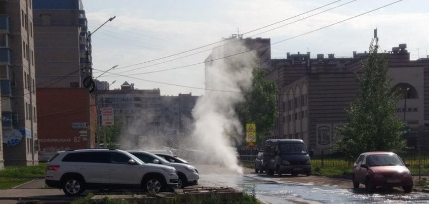 Фонтан забил из-под земли около школы в Ижевске