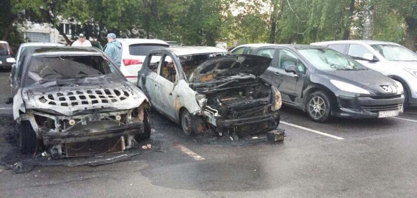 Четыре машины загорелись на парковке в центре Ижевска