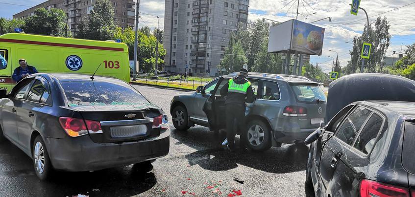 Беременная женщина пострадала в тройном ДТП на ул. 9-го Января в Ижевске