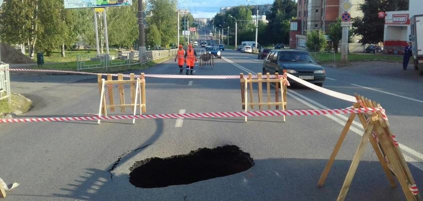 Провал образовался на улице Петрова в Ижевске